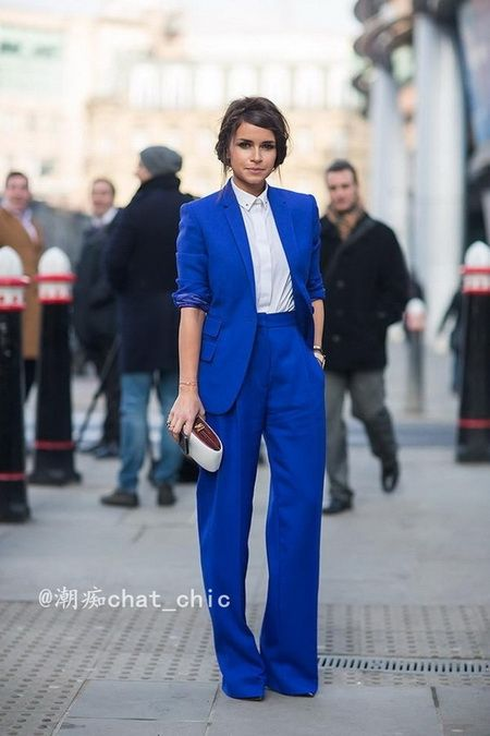 街拍搭配:蓝西装+白衬衫 还原肤色清透亮